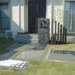 石製の門柱を中心にした和テイストのアプローチ(兵庫県 S様邸)